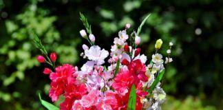 Un ramo de flores rosas y blancas