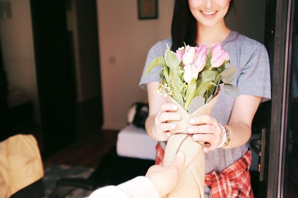 regalar flores a una mujer