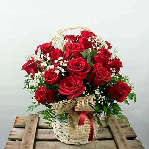 Centro de 24 rosas rojas entrega a domicilio