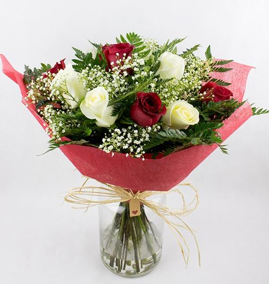 6 rosas blancas y 6 rosas rojas